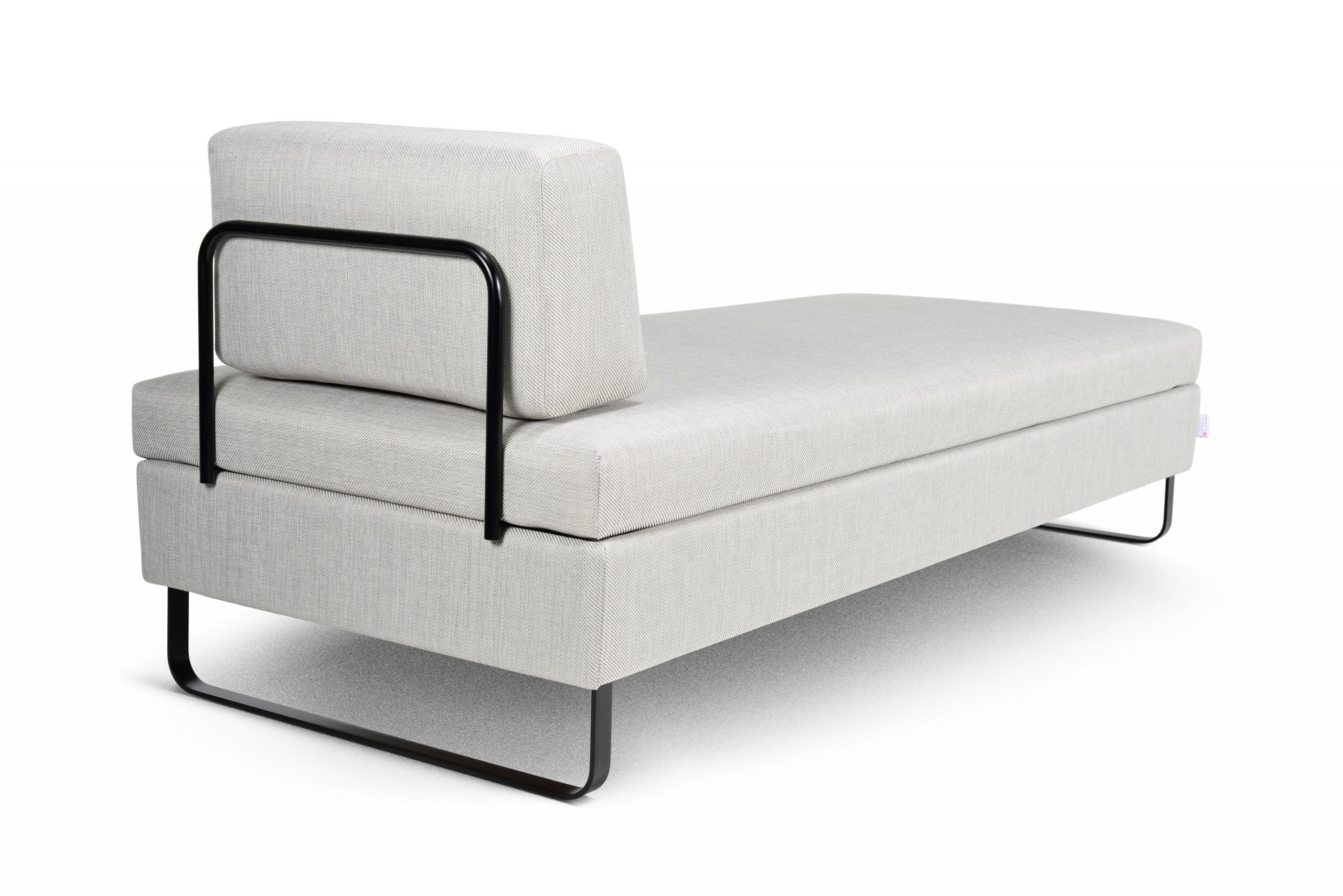 Das elegante Schlafsofa BED for LIVING Doppio in der Classic-Ausführung in weiss mit schwarzen Kufenfüssen in der Seitenansicht.