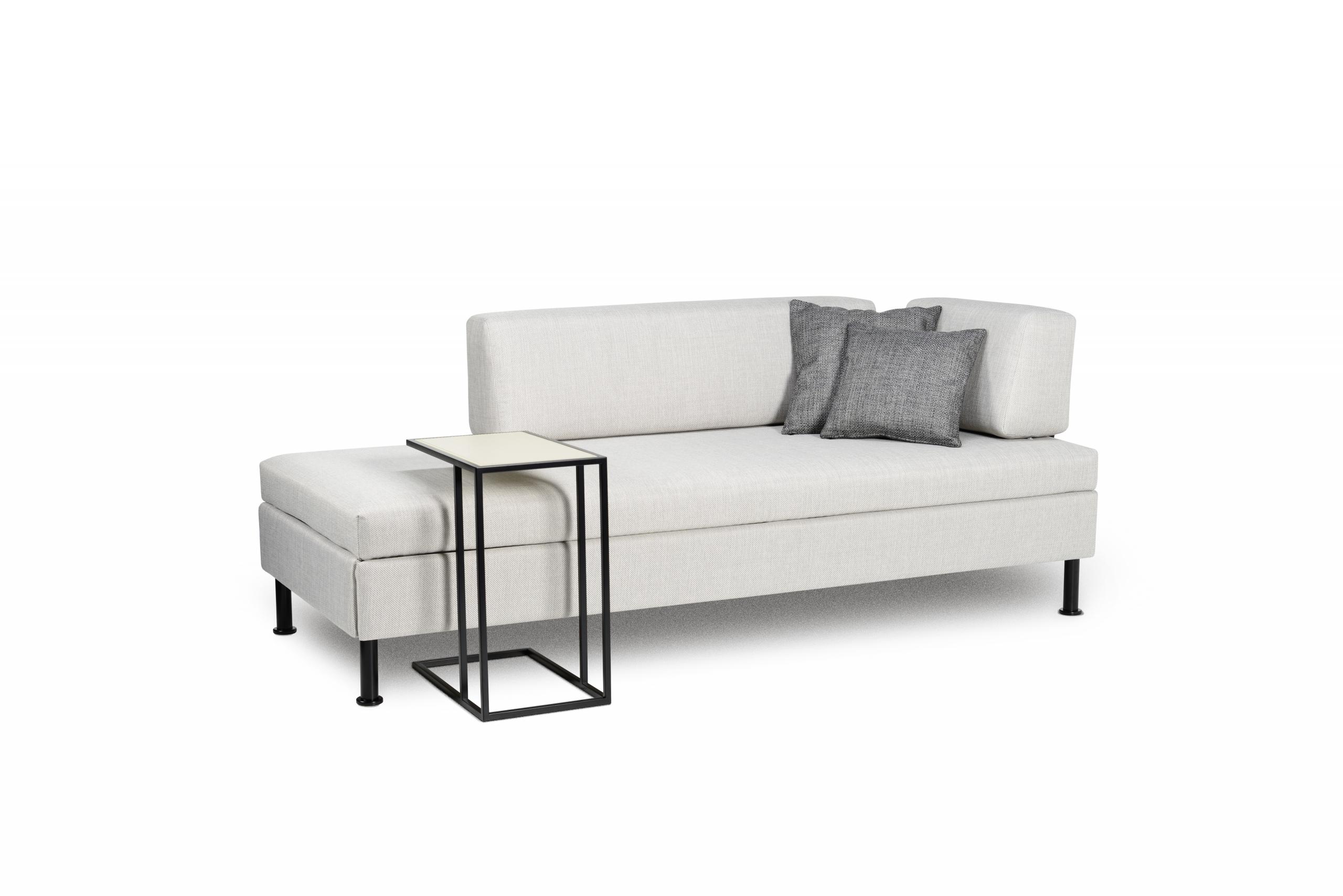 Das Bettsofa BED for LIVING Doppio in der Classic-Ausführung in weiss mit schwarzen Säulenfüssen und einem Clubtisch in schwarz.