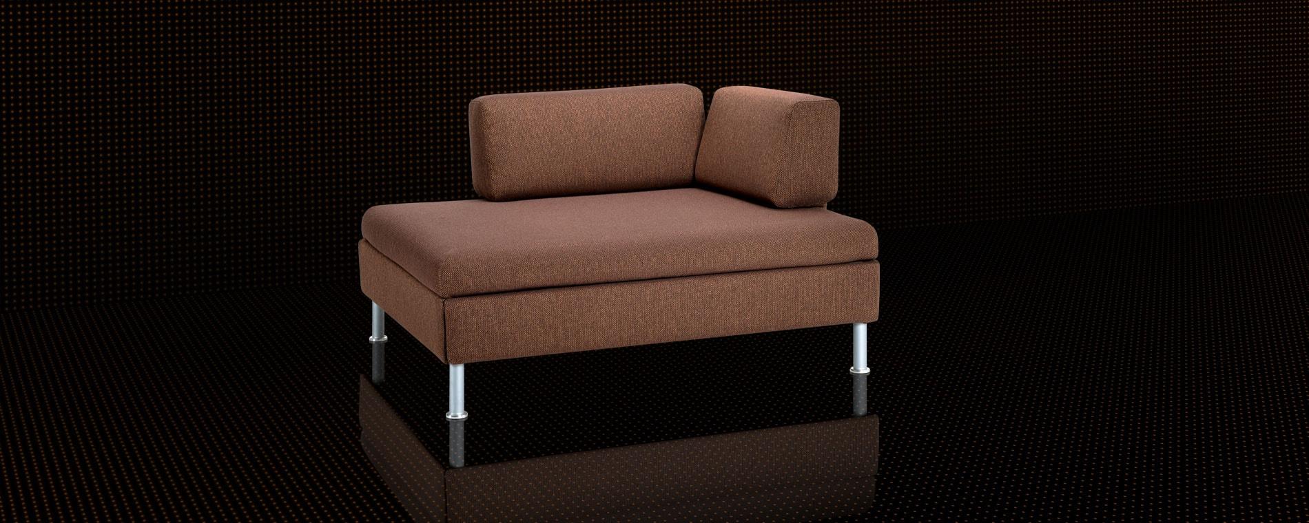 Das kompakte Schlafsofa BED for LIVING Duetto in braun mit Säulenfüssen.