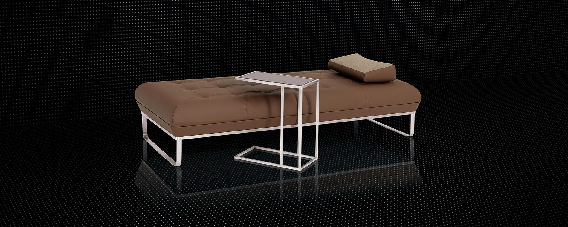 Die Tagesliege BED for LIVING Daybed in braunem Leder mit Clubtisch.